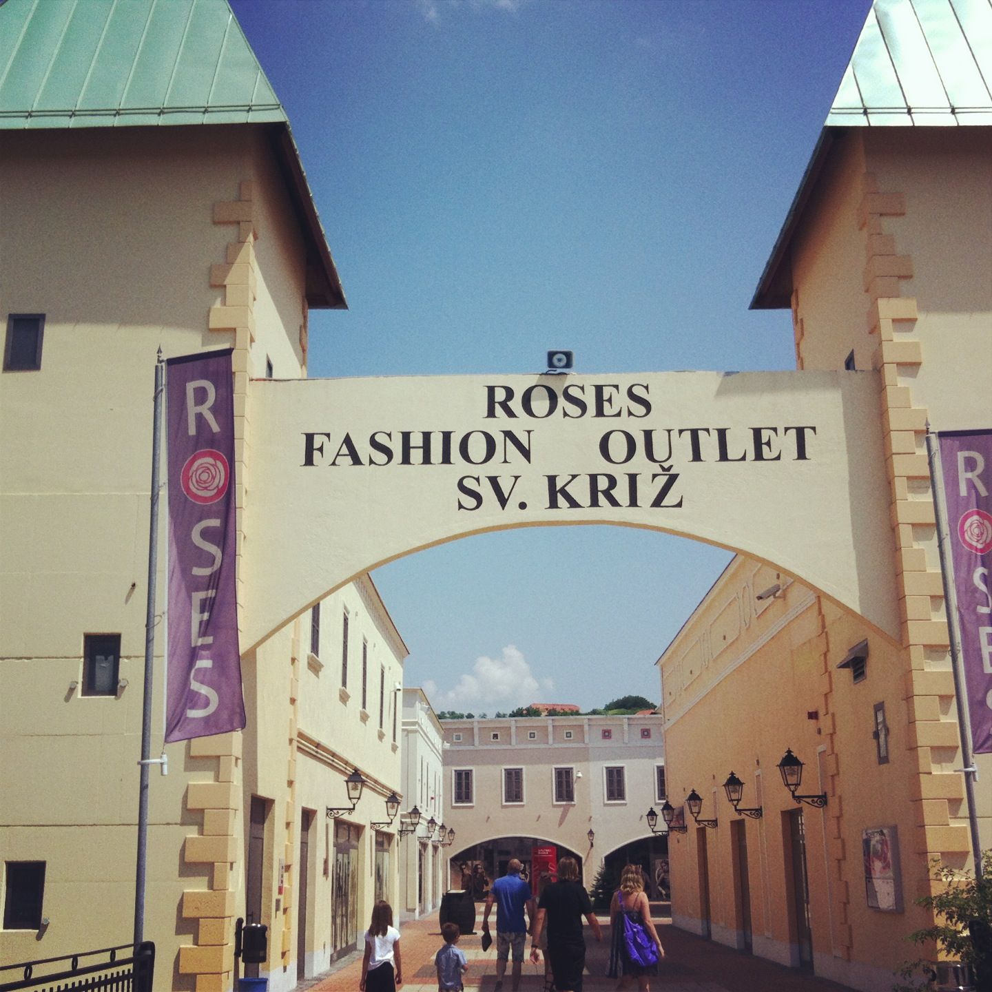 Roses fashion outlet mall just a tad sufi for Fashion outlet